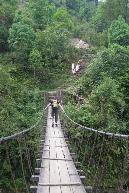 Hängebrücke über den Fluss Modi