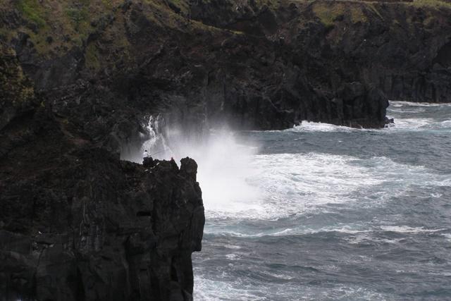 aufpeitschende Wellen an derSteilküste