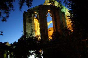 Kirchenruine bei Nacht