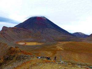 Tongariro Alpine Crossing - Ausblick vom Red Crater auf den Schicksalsberg