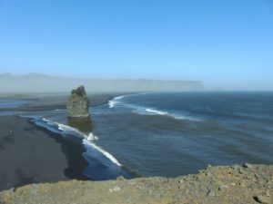 Strand von Reynisfjara mit den Felsen von Reynisdrangar